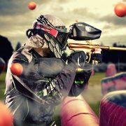 Persoon met een paintball geweer